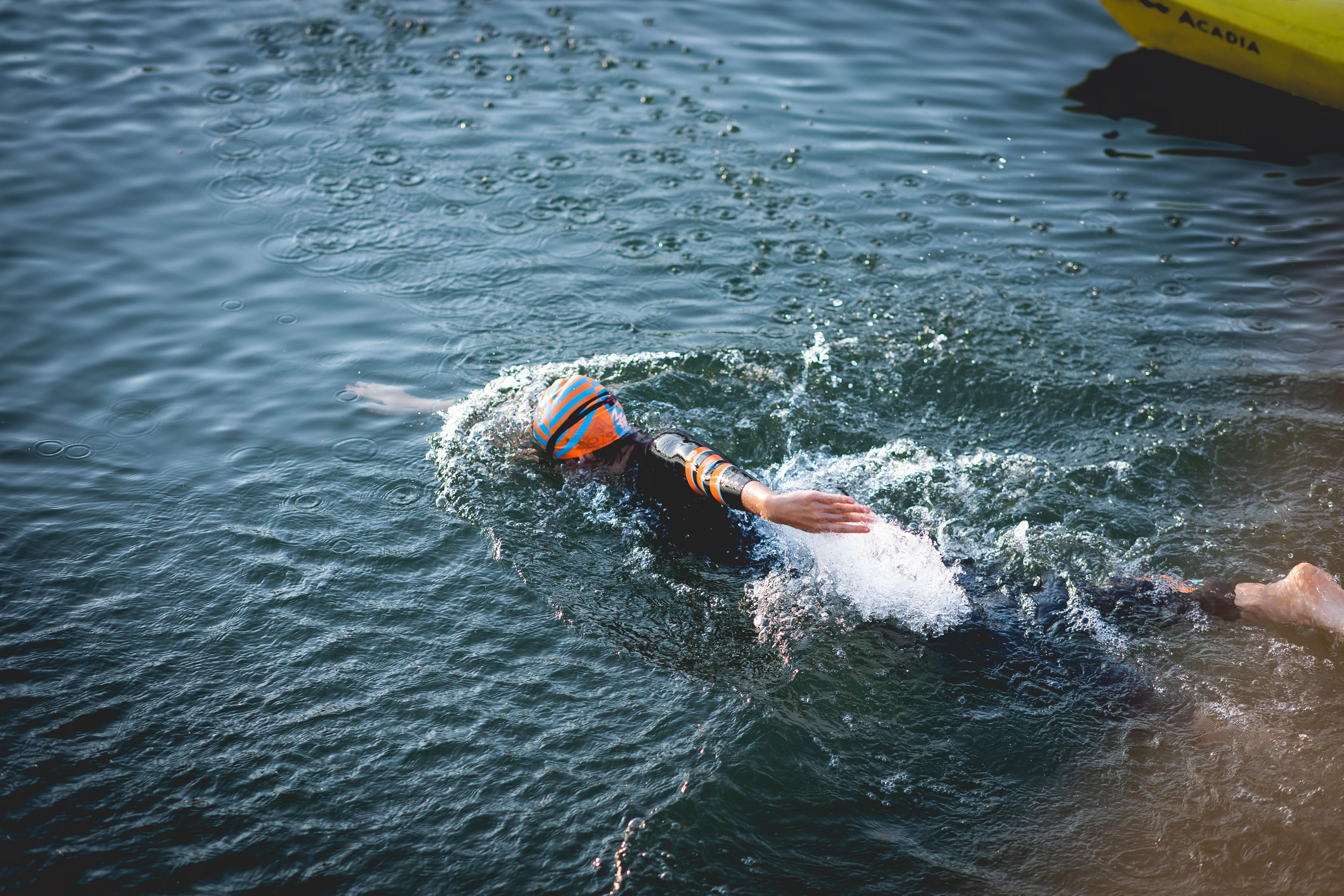 Nager contre la pollution de l'eau par les mégots