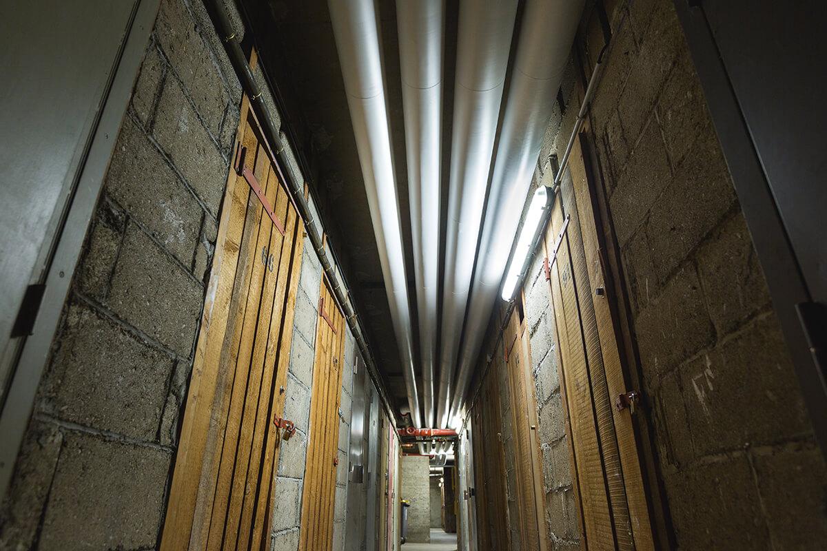 travaux de calorifugeage avec sous-sol calorifugé dans un couloir