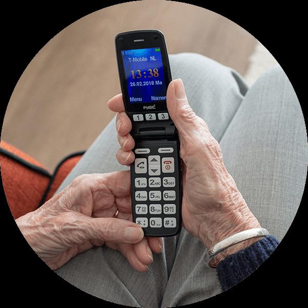 personne âgée téléphone portable